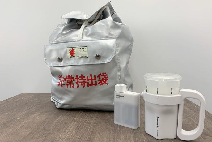 非常持出袋と「電池がどれでもライト BF-BM10」「USB入出力付急速充電器 BQ-CC87」の写真