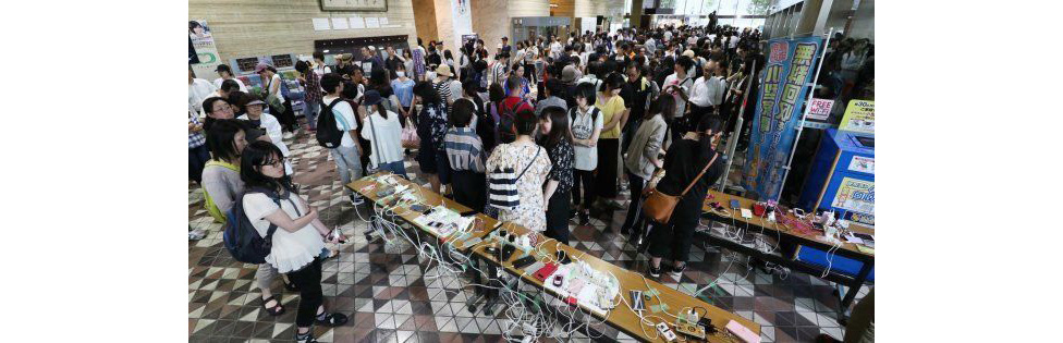 北海道胆振東部地震の際の停電でスマートフォンの充電待ちをする行列(=2018年9月6日午後、札幌市中央区)(写真/時事)