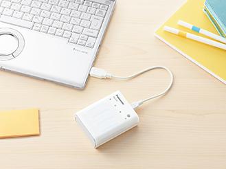 写真: パソコンから充電する様子