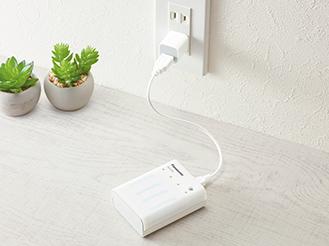 写真: ACアダプターでコンセントにつなぎ充電する様子