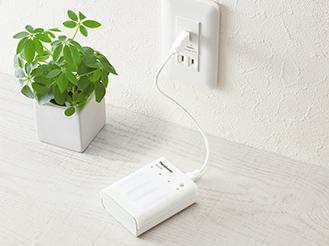 写真: USBコンセントから充電する様子