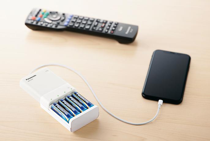 写真:リモコンの乾電池でスマートフォンを充電