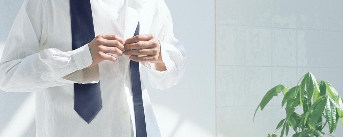 「微粒子イオンで衣類のニオイケア」のメイン画像です。男性がシャツのボタンを外している画像です。
