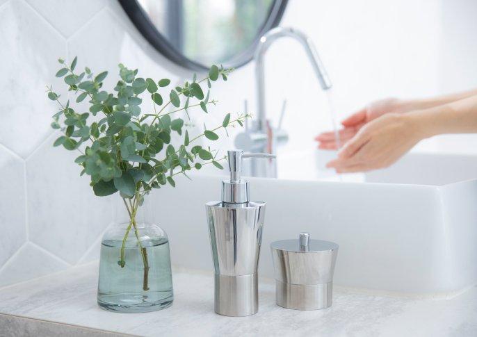 写真:洗面台で手を洗っている様子