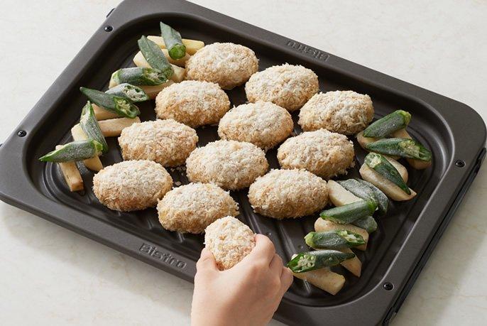 冷凍のキャベツメンチをグリル皿に並べている画像です。