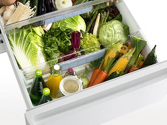 野菜室を開けている画像です。シャキシャキ野菜室の特長ページにリンクします。