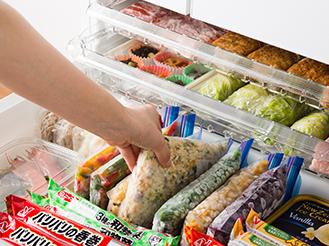 ワンダフルオープンで冷凍室を開けている画像です。ワンダフルオープン-冷凍室、野菜室-の特長ページにリンクします。