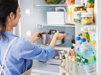 冷蔵室にお鍋を入れている画像です。冷蔵室の特長ページにリンクします。