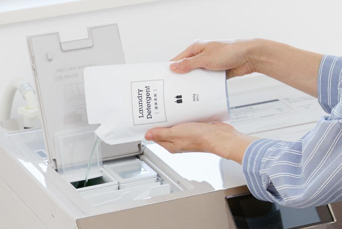 Một hộp chứa khoảng 870 mL chất tẩy lỏng và nội dung của túi có thể đổ lại có thể được đặt cùng nhau.