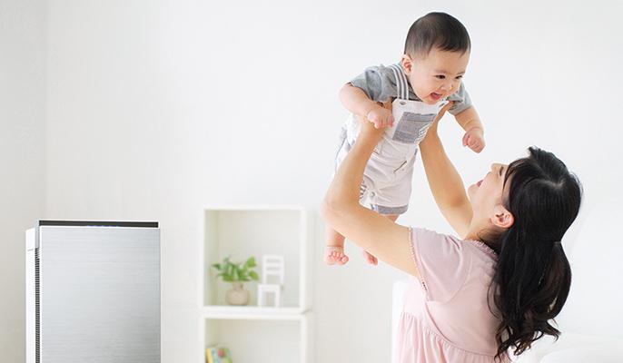 乳幼児を抱き上げる母とジアイーノのイメージ画像